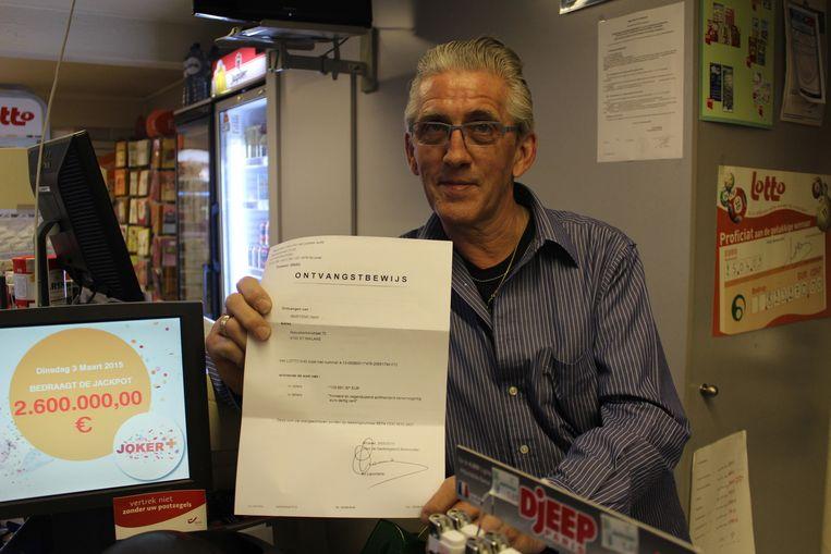Harry Martens, in maart 2015, bij één van de vele lottowinsten in zijn krantenwinkel.