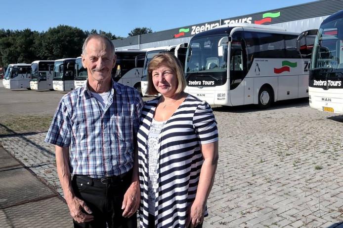 Joop Vreugdenhil en zijn vrouw José, beter bekend als Sneeuwwitje, geven morgen een feestje, onder meer vanwege het vijftienjarig bestaan van hun busbedrijf Zeebra Tours. foto Chris van Klinken/pix4profs