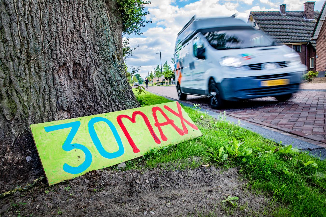 Wie de over de klinkers van de Rijksstraatweg in Voorst rijdt ziet ze overal: geknutselde bordjes en papiertjes aan lantaarnpalen met het getal 30 erop. De buurt is helemaal klaar met auto's en vrachtwagens die de snelheidslimiet ruim overtreden.