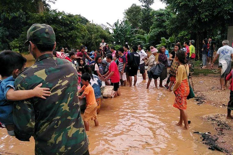 De regering in Vientiane stuurt reddingswerkers naar de afgelegen regio bij de grens met Vietnam en Cambodja, die nu officieel tot rampgebied is verklaard.  Beeld REUTERS