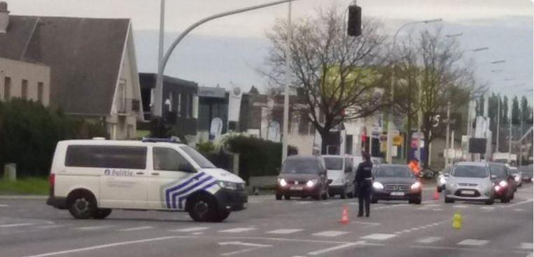 Omdat de lichten niet werken, regelt de politie het verkeer in de Noordlaan in Torhout.