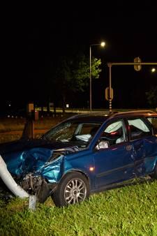 Twee auto's beschadigd door botsing in Gilze; weg bezaaid met brokstukken