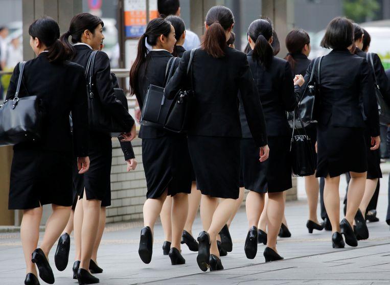 Hoge hakken zijn 'noodzakelijk en geschikt voor de werkvloer', liet de Japanse minister van Volksgezondheid, Takumi Nemoto, woensdag weten. Beeld Reuters
