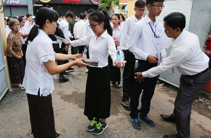 Leerlingen in Cambodja worden gecontroleerd voor ze examen gaan maken.