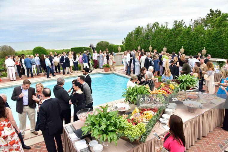 Een feestje in de Hamptons, waar de 'rich and famous' graag hun zomer doorbrengen, maar dit jaar al veel vroeger arriveren. Beeld Raf Vancampenhoudt
