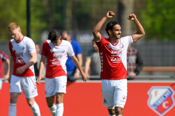 Mitchell van Rooijen viert de 3-1 tegen FC Volendam.