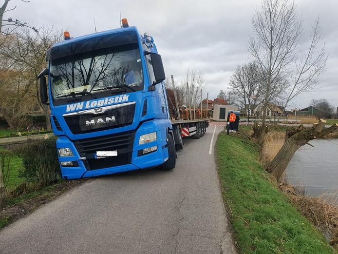 Deze vrachtwagen wist niet goed te keren.
