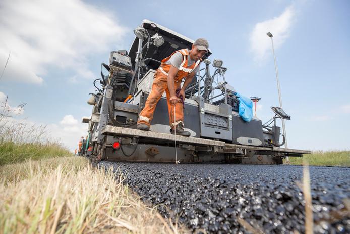 De temperatuur van het asfalt wordt gemeten tijdens de werkzaamheden aan de A58.