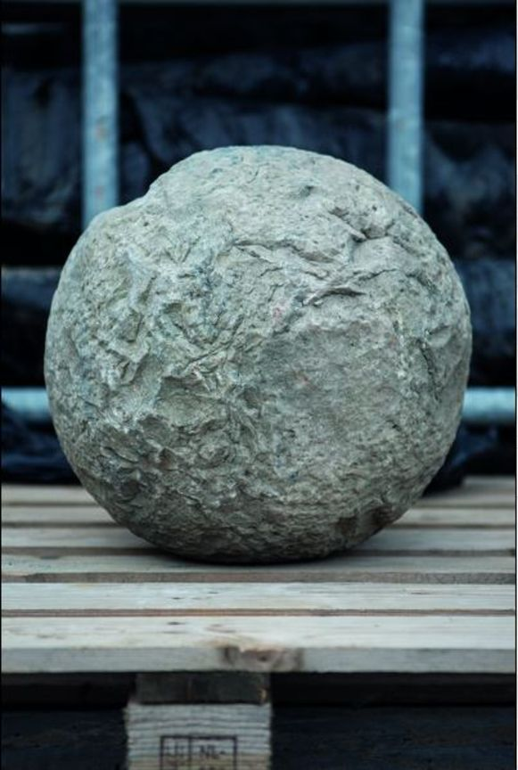Uniek is de vondst van een wegwerpbal van 70 kilogram.