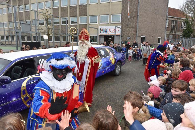 De Sint en zijn pieten kwamen de kinderen van de school begroeten.