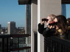 Kunst: miljoenenflats van de buren begluren met verrekijker