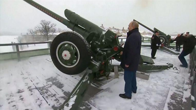 De Russische president Poetin vuur een houwitser af om de viering van Orthodox Kerstmis te starten.