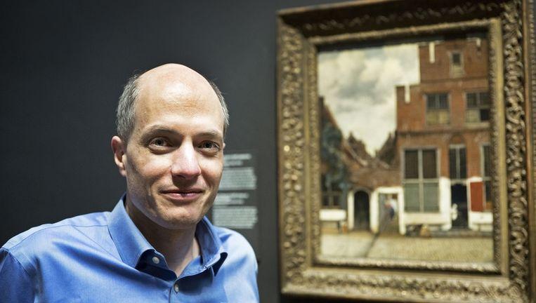 Alain de Botton bij 'Het straatje', Johannes Vermeer, ca. 1658 Beeld Vincent Mentzel