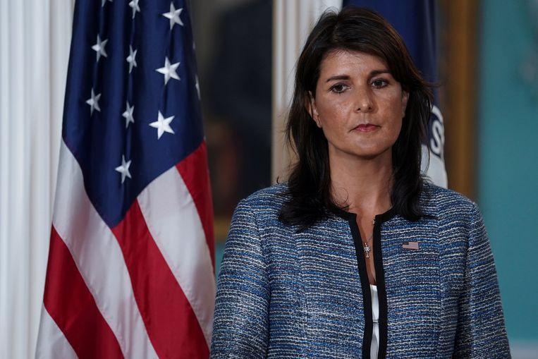 De Amerikaanse VN-ambassadeur Nikki Haley luistert naar minister van Buitenlandse Zaken Mike Pompeo die het vertrek van de VS uit de Mensenrechtenraad aankondigt. Beeld REUTERS