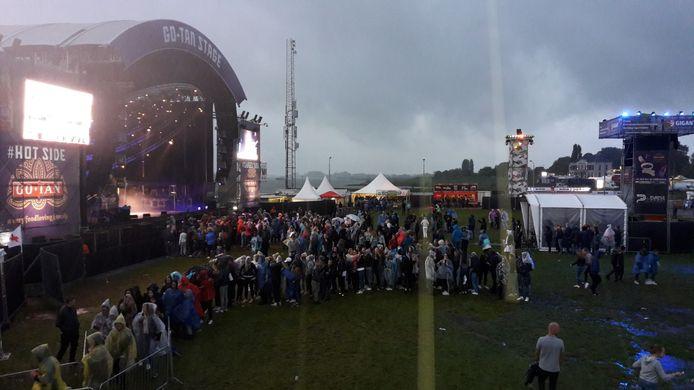 Festivalgangers staan massaal in de rij voor een krabbel van Ronnie Flex.