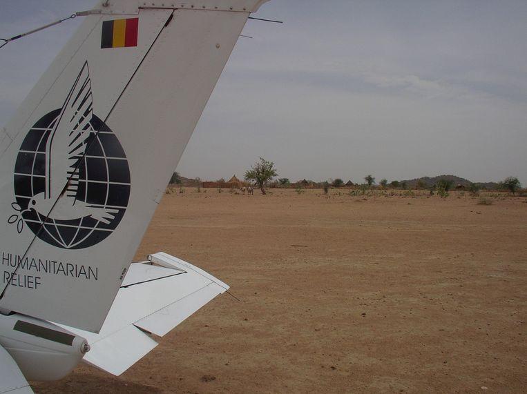 Op de staart van het vliegtuig staat 'Humatarian relief'.