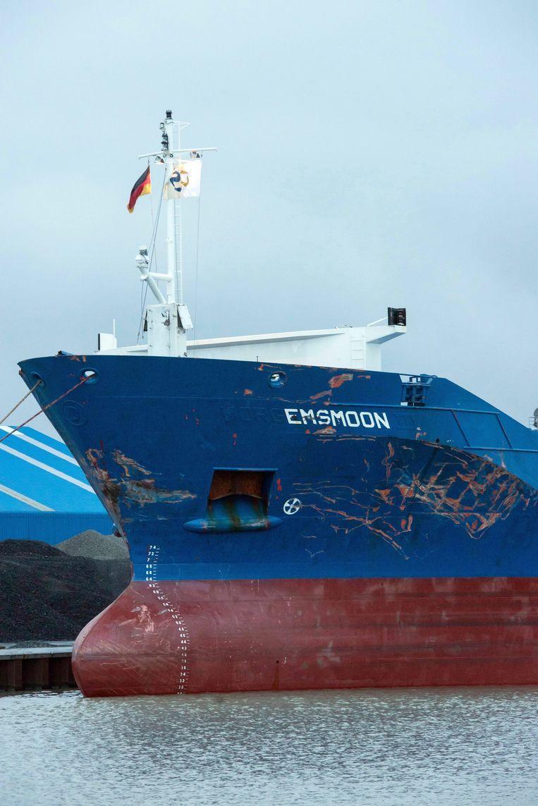 Vrachtschip Emsmoon, waarop de schade goed te zien is. Beeld null