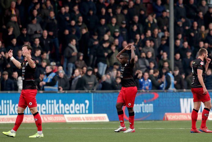 Ahmad Mendes Moreira, met op de achtergrond fans van FC Den Bosch.