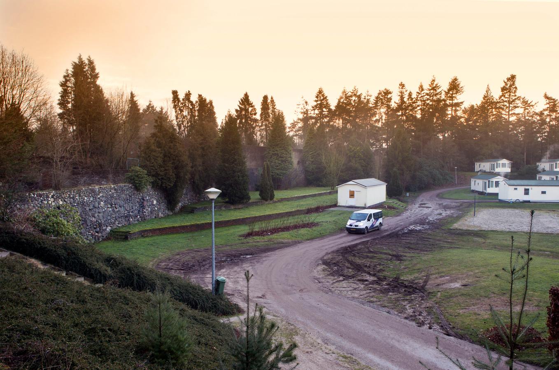 De Muur van Mussert (links) op camping De Goudsberg.