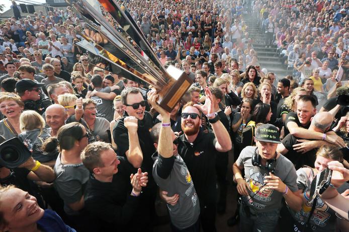 Buurtschap Tiggelaar, met de winnende wagen 'Vikings'.