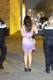 Feestgangers illegale party in flatje opgepakt: Drugs van balkon gegooid en agent geslagen