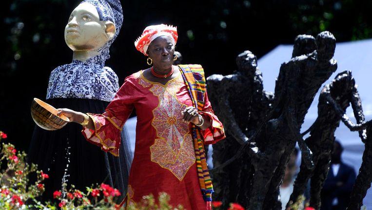 Een bezoeker bij de nationale herdenking van de afschaffing van de slavernij in het Oosterpark. Beeld anp
