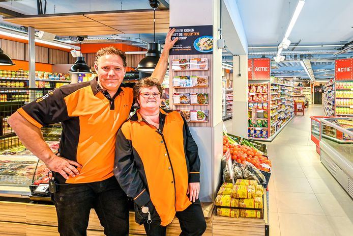 """Marco en Stien van de Goorbergh in de nieuwe Coöp in Wernhout: ,,Je merkt dat de inwoners een eigen supermarkt hebben gemist."""""""