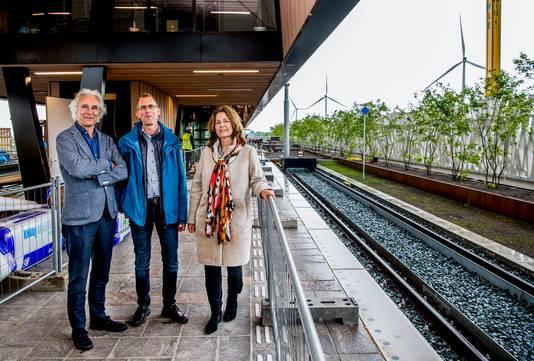Het nieuwe station Lansingerland-Zoetermeer met de architecten Jeroen van Schooten (links) en Beate Vlaanderen (rechts). Projectleider Dennis Dierikx staat in het midden.