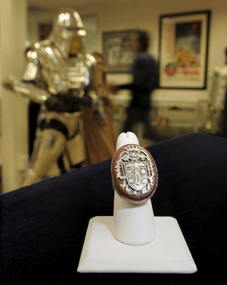 Er worden gedurende de veiling ruim 2500 itemsn in de verkoop gegooid, waaronder de ring en de cape van Dracula. Foto EPA/Paul Buck Beeld
