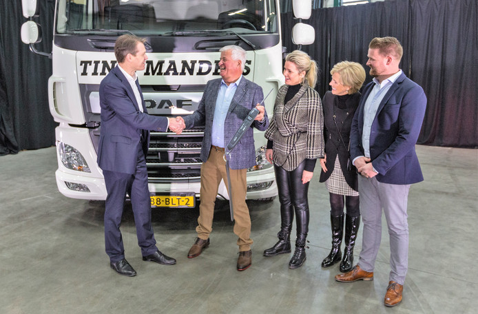 Directeur Operations Jos Habets (links) van DAF bij de overhandiging van de elektrische truck aan de familie Manders.