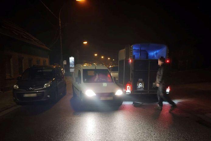De witte bestelwagen ramde de paardentrailer van een jeep die in tegenovergestelde richting reed.