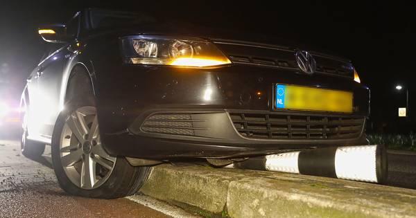 Dronken automobilist sukkelt steeds in slaap tijdens politieverhoor na aanrijding in Oss.