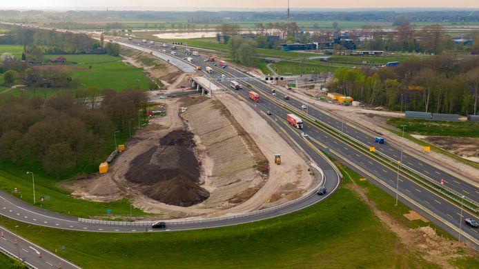 Het werk aan de A1 bij Deventer vanuit de lucht. Het verkeer in de spits is stukken rustiger dan normaal.