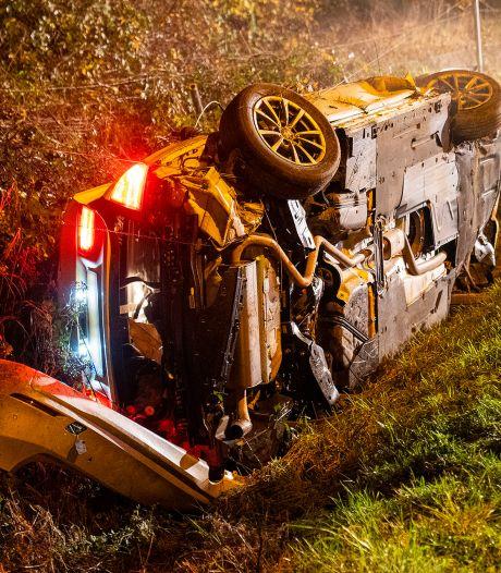 Auto belandt in greppel Oss, twee personen gewond