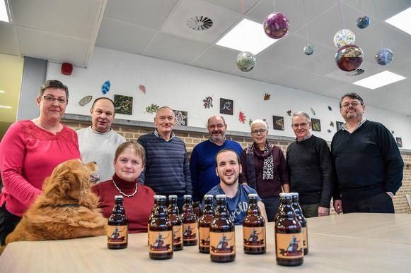 Directeur Chilla Keppens (roze trui), enkele medewerkers van vzw Avalon en bewoners Jenti en Noella met hun biertje 'Avontuur'.