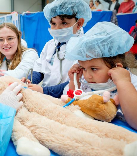 Kleuters behandelen 'zieke' knuffels: 'Zo worden kinderen minder bang voor de dokter'