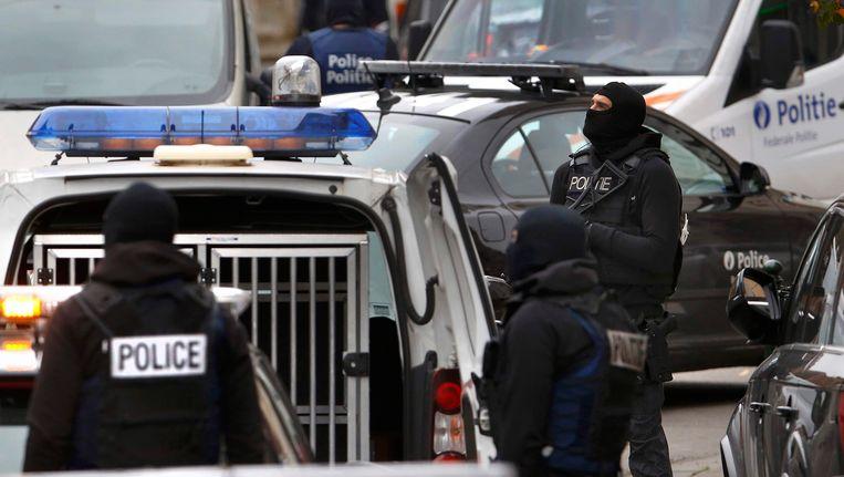 Agenten in de Brusselse deelgemeente Molenbeek. Beeld reuters