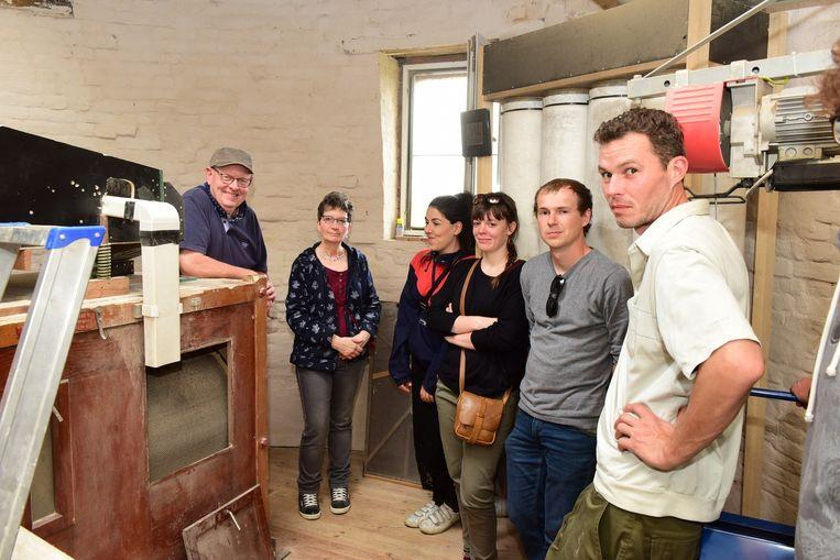 Julian(links) tijdens een rondleiding in zijn molen