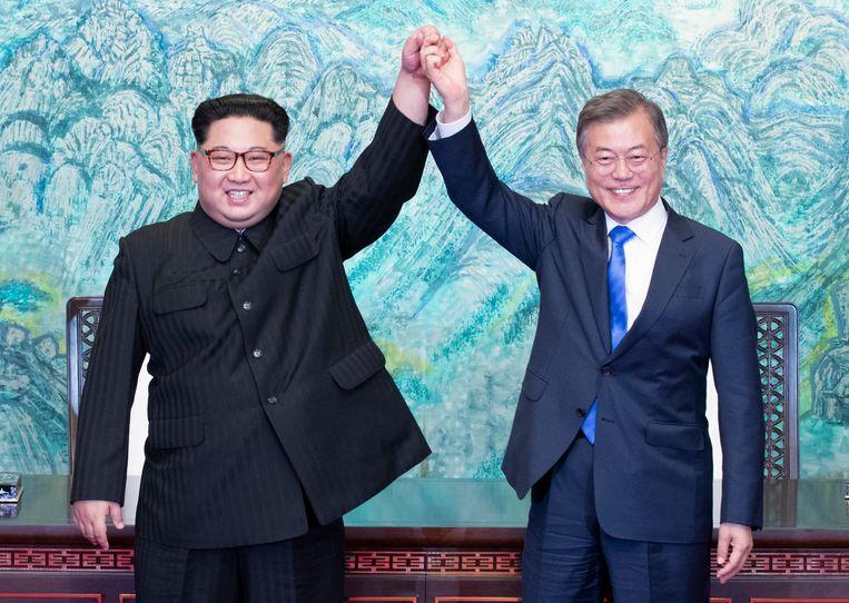 De Noord-Koreaanse leider Kim Jong Un hief vrijdag de hand met Moon Jae-in, de president van Zuid-Korea, nadat zij in de gedemilitariseerde zone tussen beide landen overleg voerden. Beeld AP