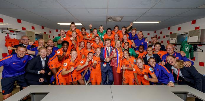 Koning Willem-Alexander en koningin Máxima in de kleedkamer na afloop van het openingsduel op het EK tussen Nederland en Noorwegen.