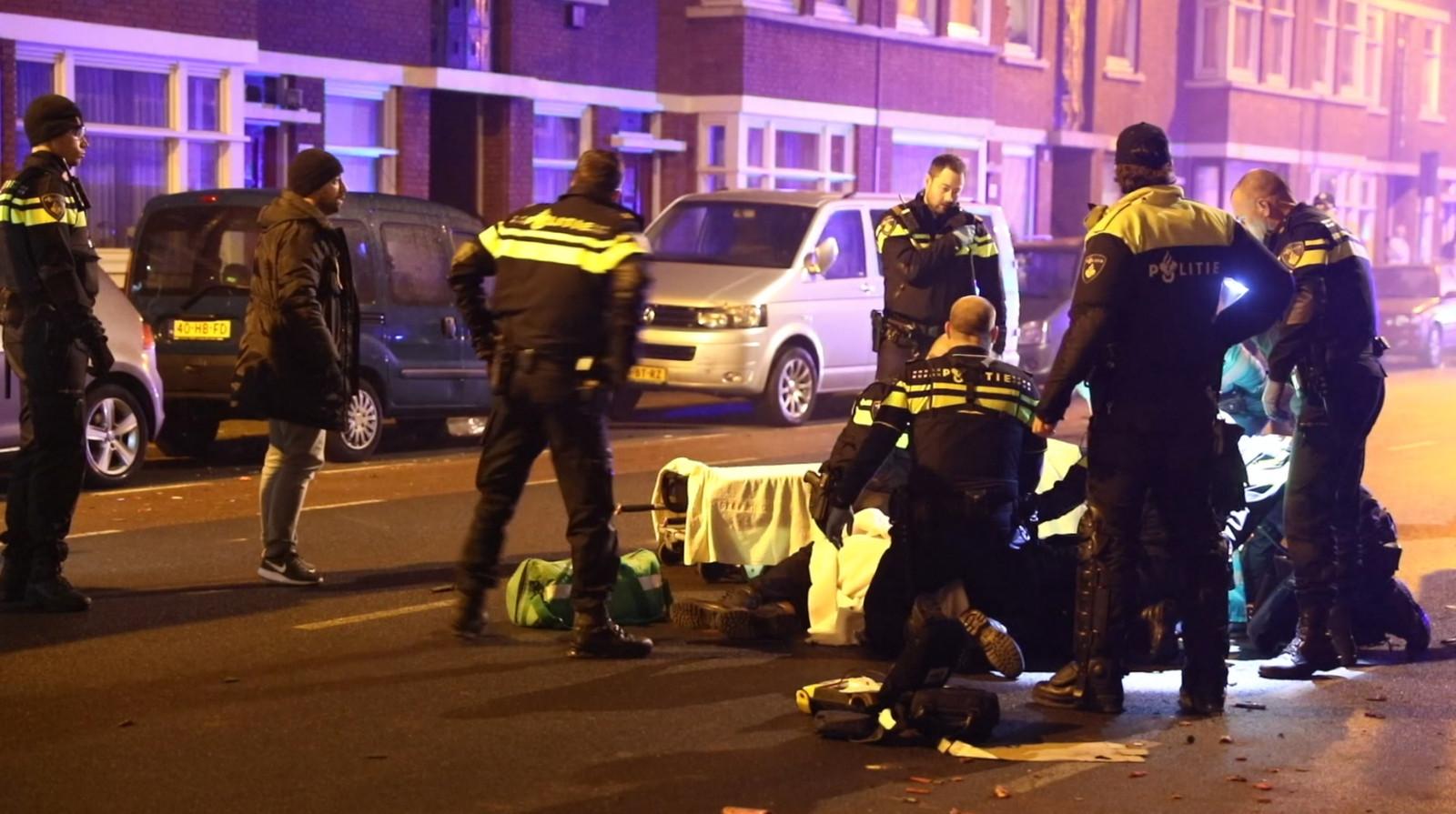 De agent die vannacht aangereden werd door een automobilist op het Kaapseplein in Den Haag ligt in kritieke toestand in het ziekenhuis.