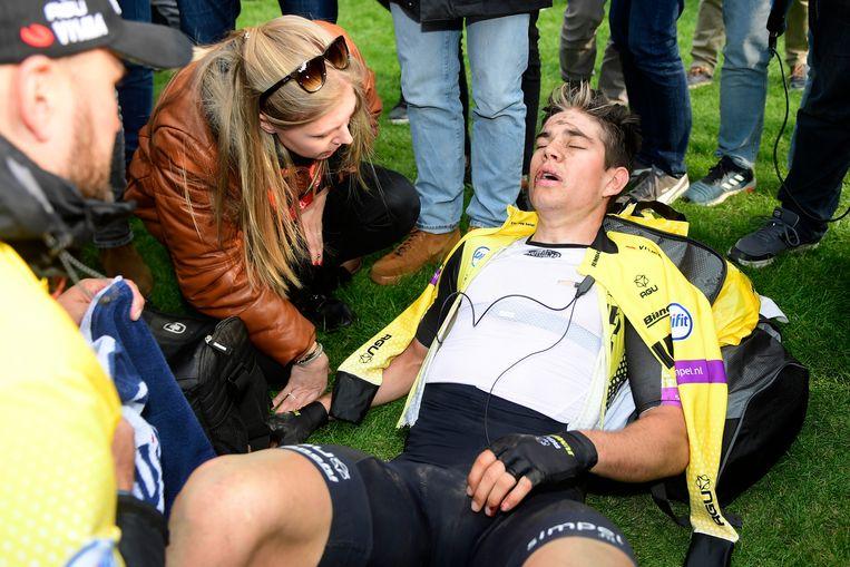 Op de piste van Roubaix was Wouts vrouw Sarah de eerste om hem te steunen.