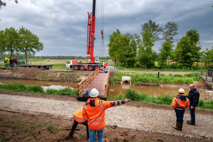 Mill/Nederland: Na enige vertraging -de brug bleek te zwaar voor de aanwezige kraan- ligt de nieuwe fietsbrug over het Peelkanaal.Dgfotofoto: Bert Beelen