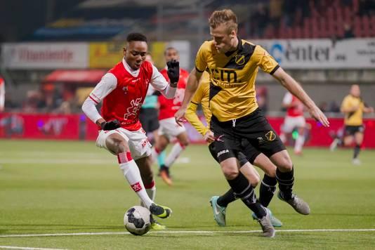 Nwakali (l) vorig seizoen namens MVV in duel met Van Diermen van NAC.