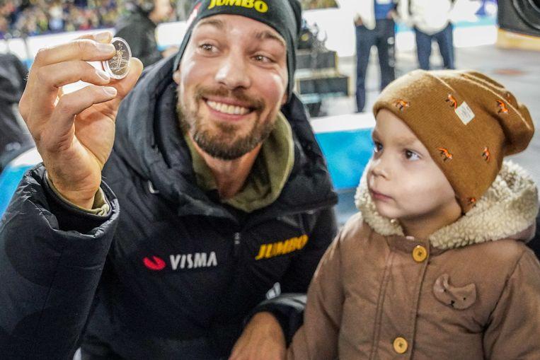 Kjeld Nuis en zijn zoontje sloegen een Jaap Eden-herdenkingsmunt. Beeld BSR Agency