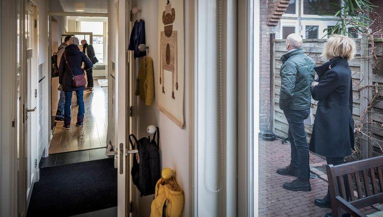 Belangstellenden bekijken een koopwoning in Haarlem. Beeld Freek van den Bergh/de Volkskrant