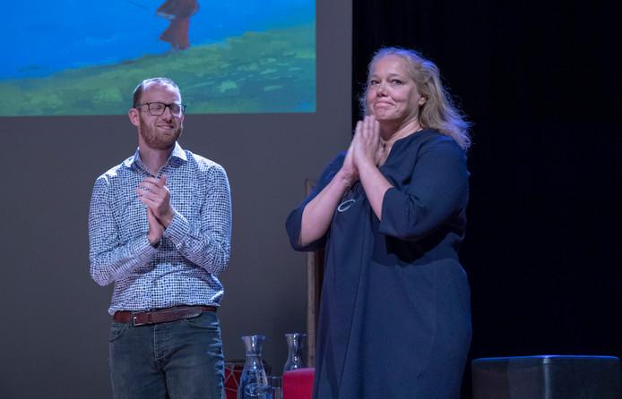 Larissa Verhoeff hoort dat zij de nieuwe stadsdichter van Ede is. Medefinalist Lennert de Heer klapt voor haar.