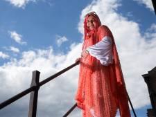 Azza weet hoe moeilijk het kan zijn in een nieuw land, nu helpt zij anderen op weg