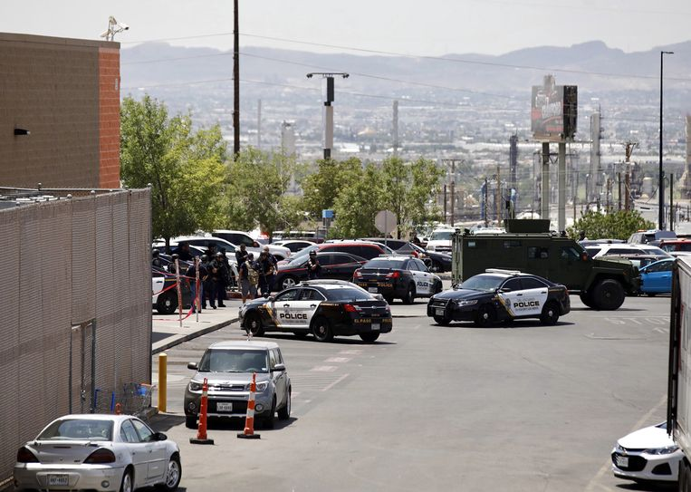 Politie bij de supermarkt waar de schietpartij plaatsvond Beeld EPA