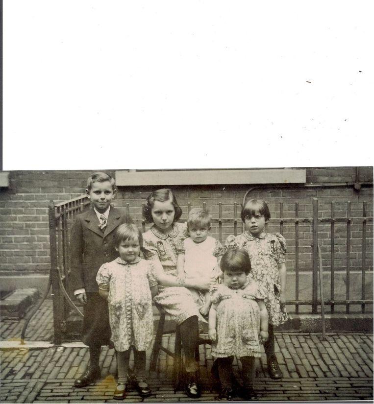 Voor het weeshuis Beeld Familie Louisa van Rooij